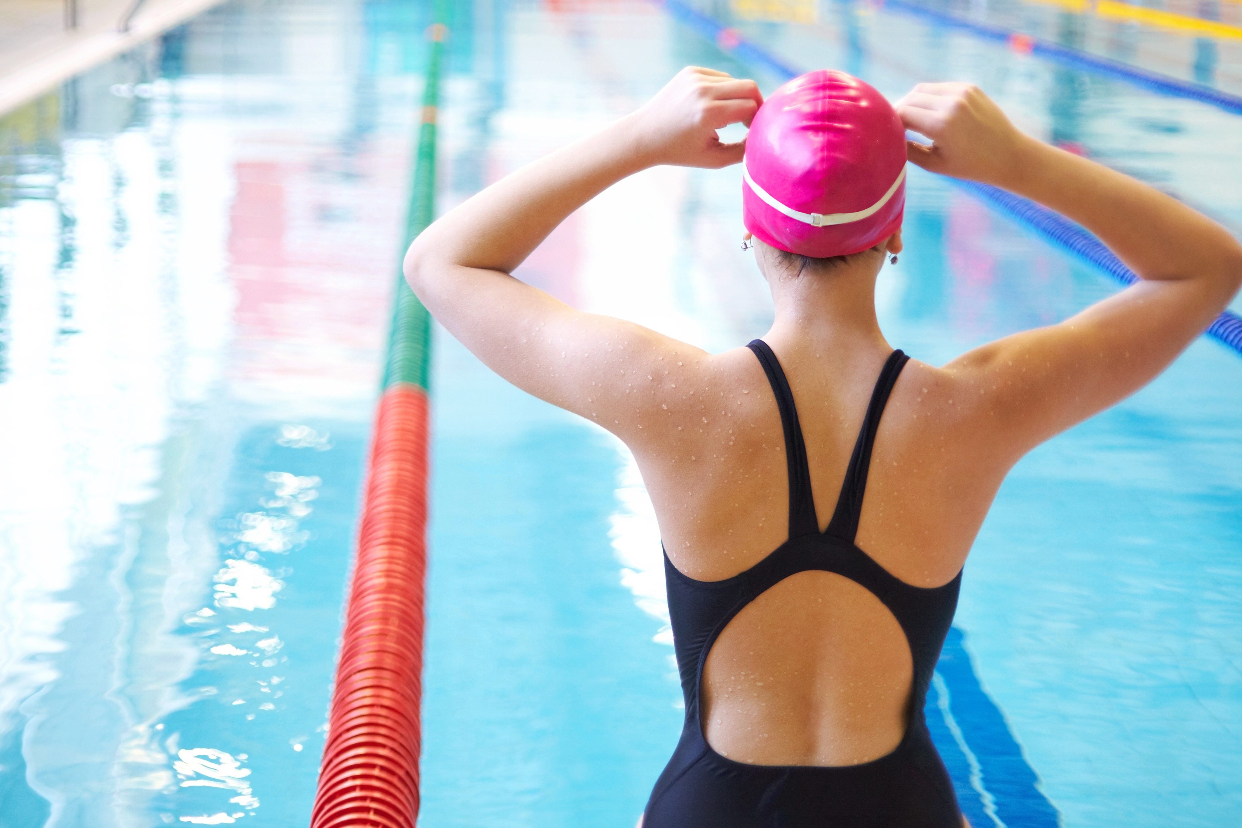 woman swimming laps to lose weight on vacation